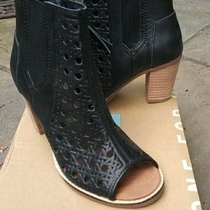 Tom's black leather basket-weave bootie 5.5